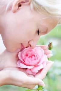 Femme sentant une rose