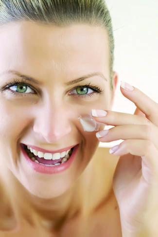 Prendre soin de sa peau en hiver - Femme visage avec crème - Coslys