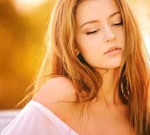 Femme aux cheveux longs sous le soleil